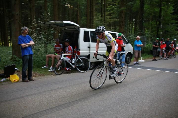 Urban Blöchlinger beobachtet den Rennverlauf und seine Club-Fahrer